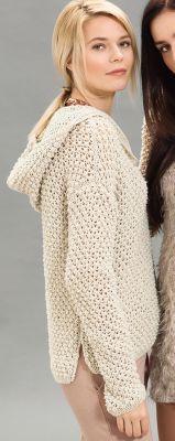 Пуловер с капюшоном выполнен спицами