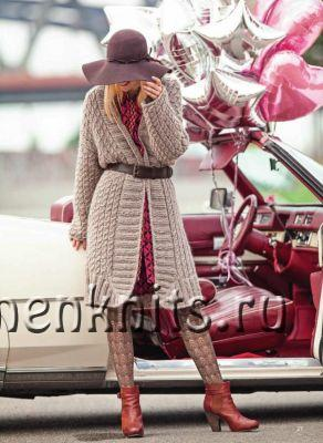 Вязаное пальто спицами с узором из кос