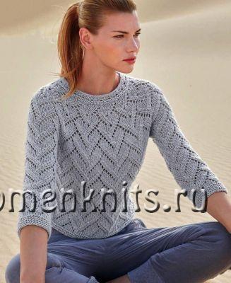 Светло-серый пуловер спицами ажурным узором