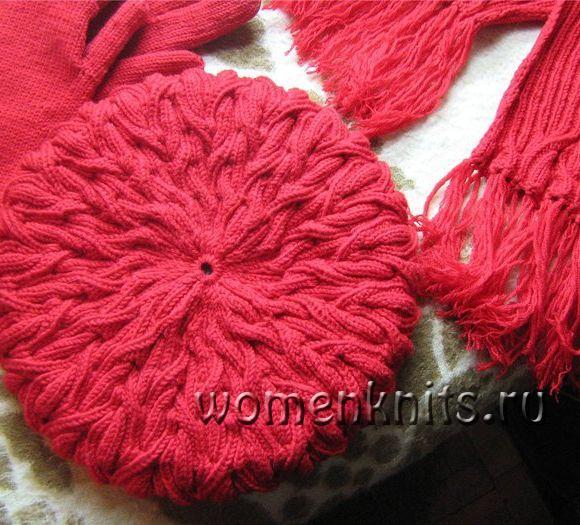 Берет спицами с шарфом
