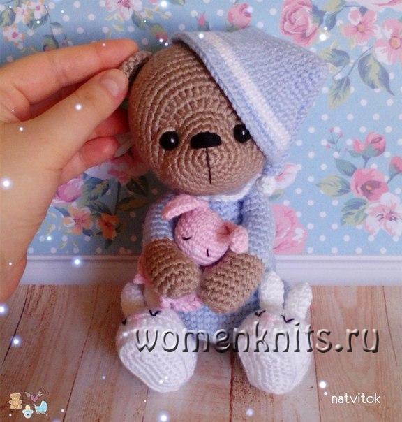 милый вязаный мишка крючком в пижаме